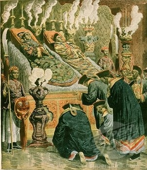 Bodies of Emperor Guandxu and the Dowager Empress Cixi lying in state.