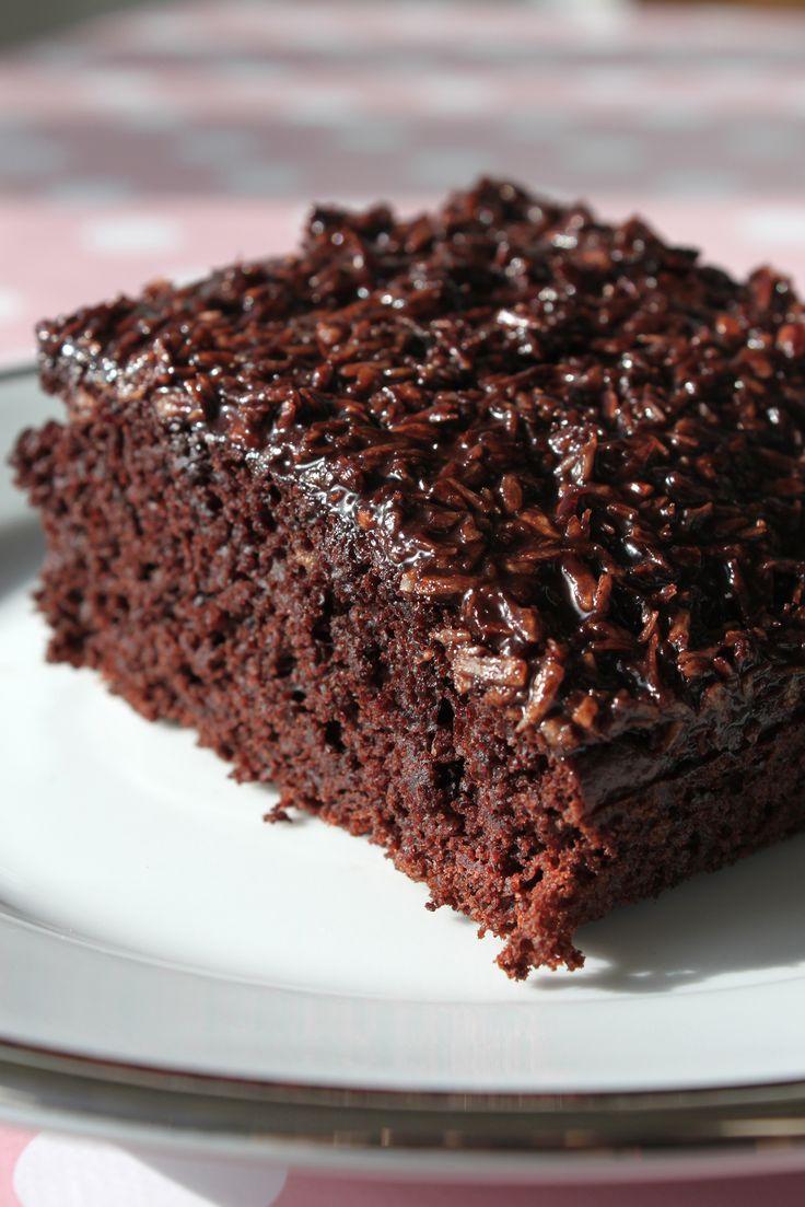 Er der noget bedre end chokolade og banan sammen? Det synes jeg ikke, og derfor har jeg lavet en chokoladekage med masser af banan i. Bananerne er desuden med til at gøre kagen svampet, og kokosgla…