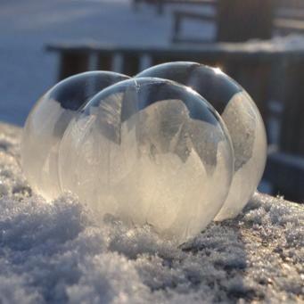 Blås såpbubblor i minusgrader Recept på såpbubblor 8 dl vatten 2 dl yes 1/2 dl sirap