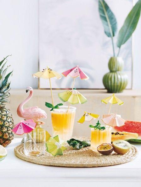 Auf dem nächsten Sommerfest versprühen selbst gemachte Cocktailschirmchen Südsee-Feeling.