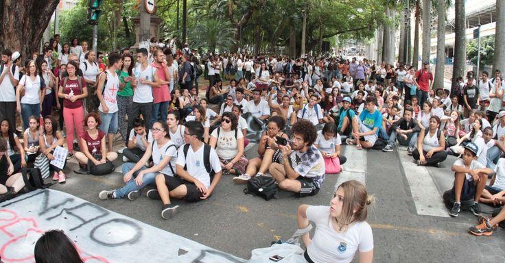 Alunos das escolas estaduais Carlos Gomes e Francisco Glicério, de Campinas, realizam uma passeata pelas ruas do centro da cidade, nesta sexta-feira (13), em protesto contra a reorganização escolar proposta pelo Governo do Estado