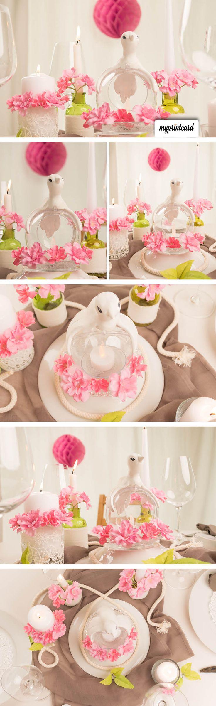 Eine Tischdeko in Rosa und Weiß für die Hochzeit. Erfahre, wie du das Centerpiece selber machen kannst.  #hochzeit #tischdeko #rundetische #tische #deko #selbermachen #diy #turteltaube #rosa #weiß