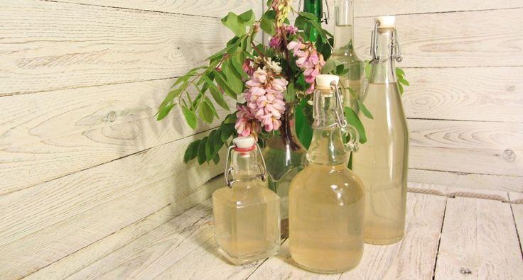 Akácszörp recept: Az akác csodálatos illatát nem csak néhány napig élvezhetjük, ha a virágaiból készített szörpben megőrizzük. Készíthetünk belőle frissítő italt jegesen, teát ízesíthetünk vele, fagylaltot készíthetünk belőle, de mártásokat is illatosíthatunk, ízesíthetünk vele.