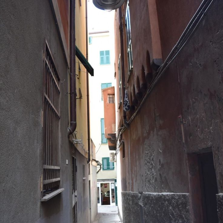 ジェノヴァ/Genova ジェノヴァの細道実はトリノのような街にはこうした細道はありませんそれぞれの街並みがもつ特徴を発見しながら歩いてみるのもいいかも . # #buono_italia #buono_italia #italia #italy #travelgram  #ig_italia #igitalia #italytravel #travel #instatravel #genova #絶景 #世界の絶景 #世界遺産 #イタリア #海外旅行 #旅 #旅行 #旅行好き #ジェノヴァ