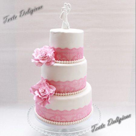 Bruidstaart met roze eetbaar kant en roze rozen