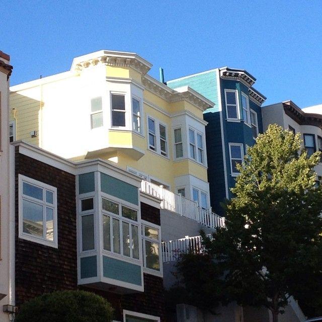 C'est une maison bleu adosse a la colline