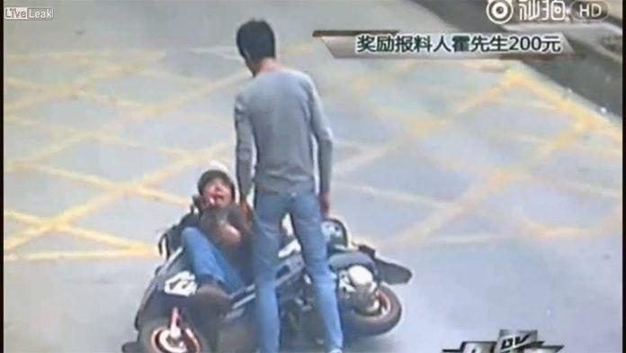 Του έκλεψε το κινητό και την έκανε μπουχός με το σκούτερ του – Μία Kung Fu κλωτσιά όμως ήταν αρκετή για να ζητήσει έλεος! Crazynews.gr