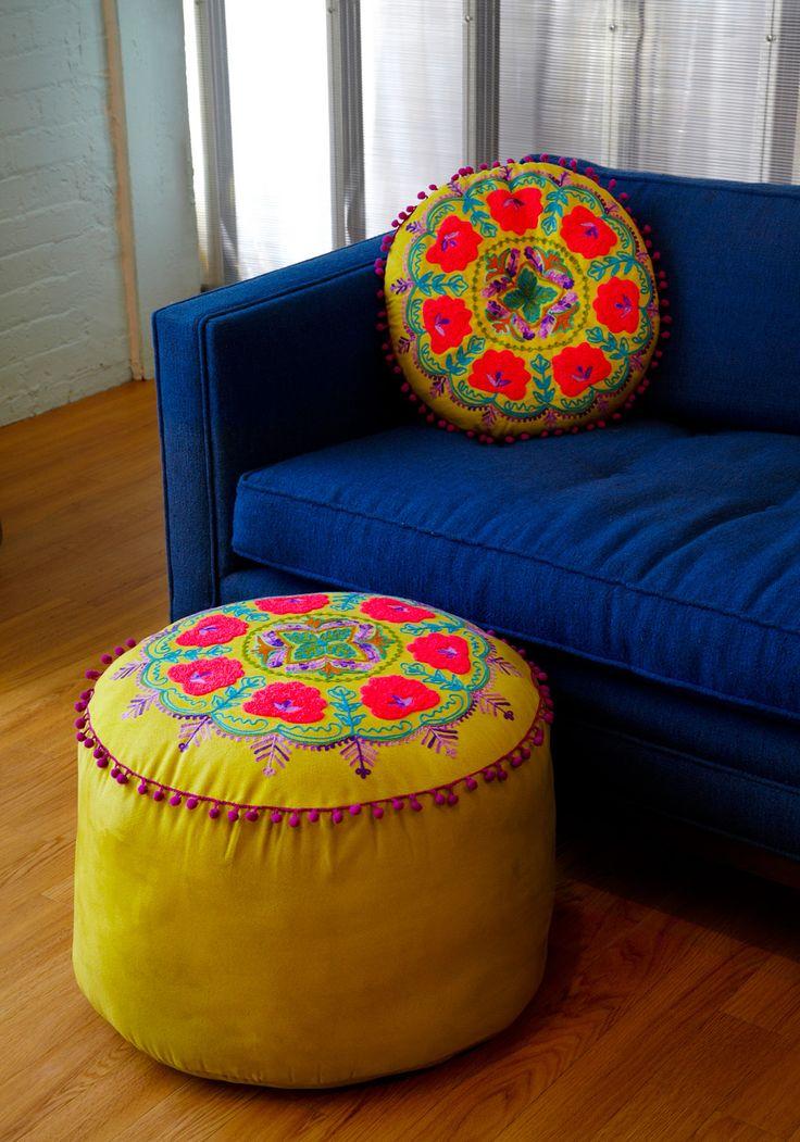 kleurrijke poef en kussen, india/mexico stijl.
