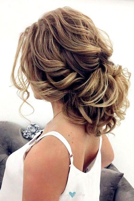 No te pierdas esta guía de estilos de peinados de novia según el rostro. Un recogido perfecto para muchas.