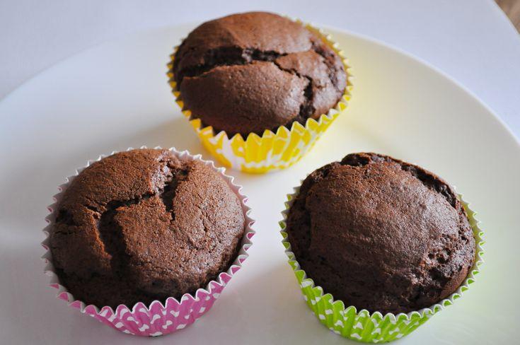 Bezglutenowe babeczki czekoladowo-bananowe ze śliwkową nutą