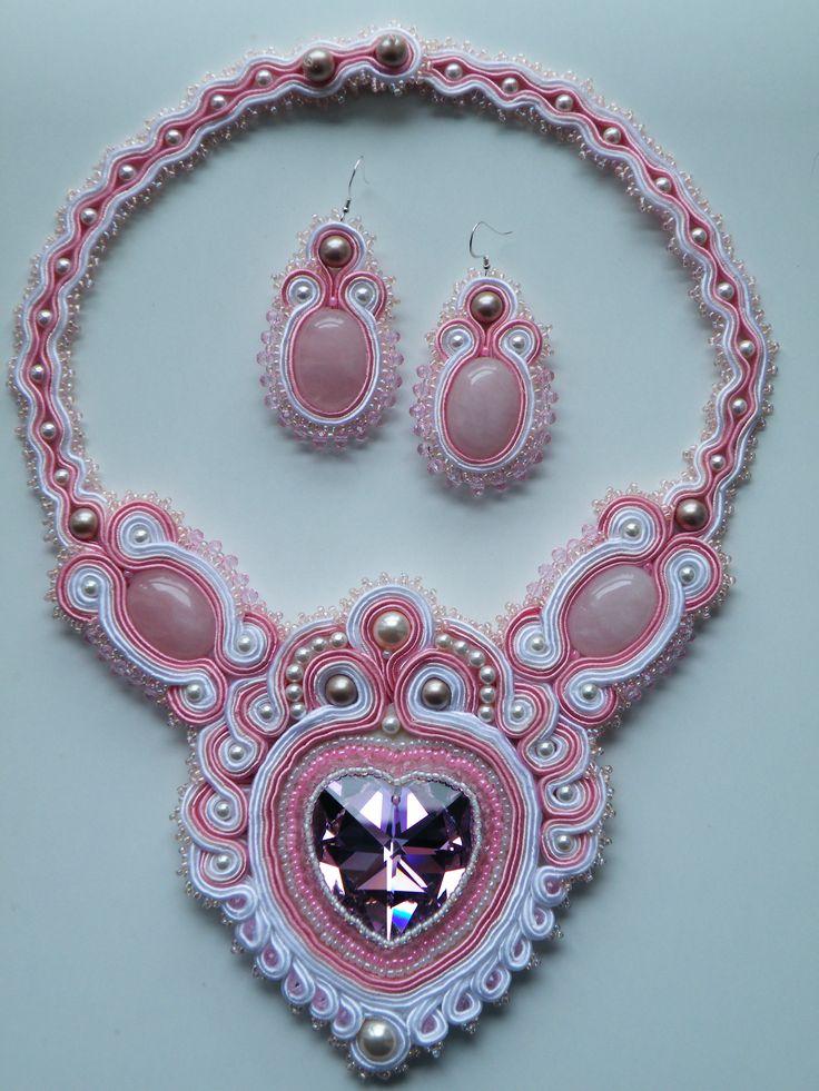 COLLANA SOUTACHE LUZY  Collana: cuore Preciosa di 40 mm favoloso! perle Swarovski, quarzo rosa, cristalli, perline Toho  Orecchini: perle Swarovski,quarzo rosa, cristalli e monachelle in argento