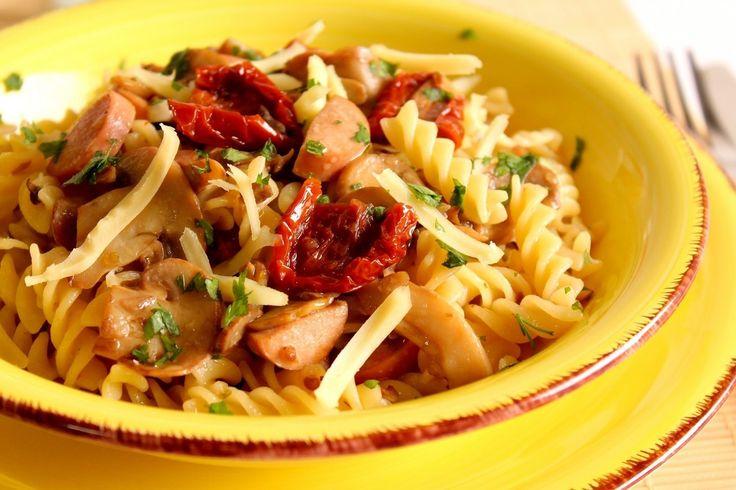 La pasta fredda con funghi, wurstel, pomodori secchi e caciocavallo è un primo piatto completo e goloso, ideale da consumare nelle giornate più calde. Ecco la ricetta