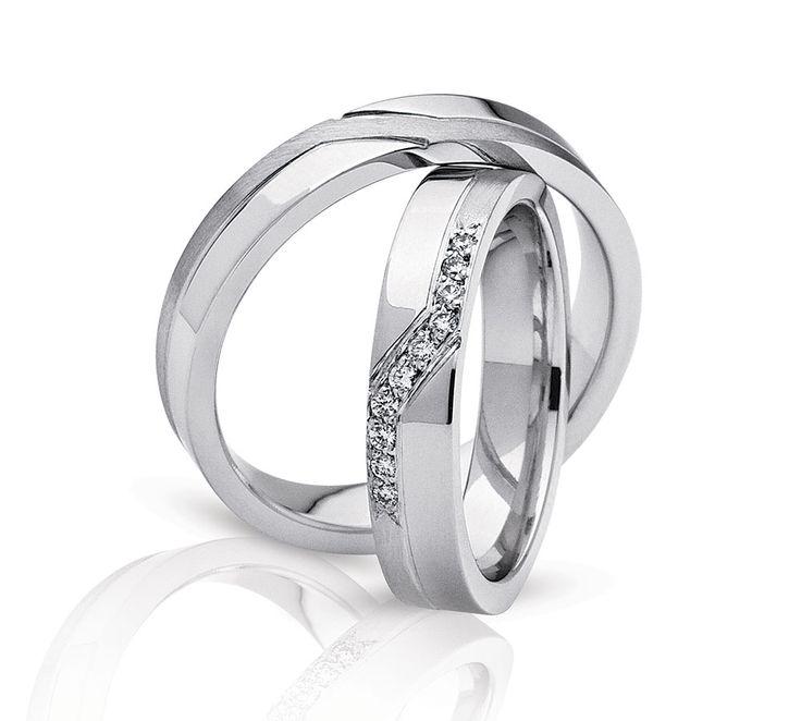 Smukt sæt vielsesringe fra NURAN. Dette smukke sæt ringe fås i 8 eller 14 karat guld og i 14 karat hvidguld. Dameringen har 10 utrolig flotte diamanter isat. #vielsesring #nuran #smykker