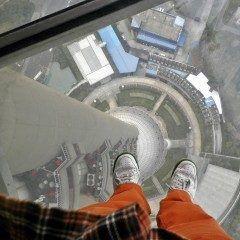 上海の東方明珠電視塔   恐らくシンボル的存在で写真を見たらあっこれかぁという3つの球体が展望台になっているタワー  その中球真ん中のmの展望台の下が透明板( 一一) もう滅茶苦茶怖くてスリルがあった是非怖い体験してみてね  http://ift.tt/2clKloO  #上海 #タワー #展望台 #スリル #東方明珠電視塔  #海外旅行 tags[海外]