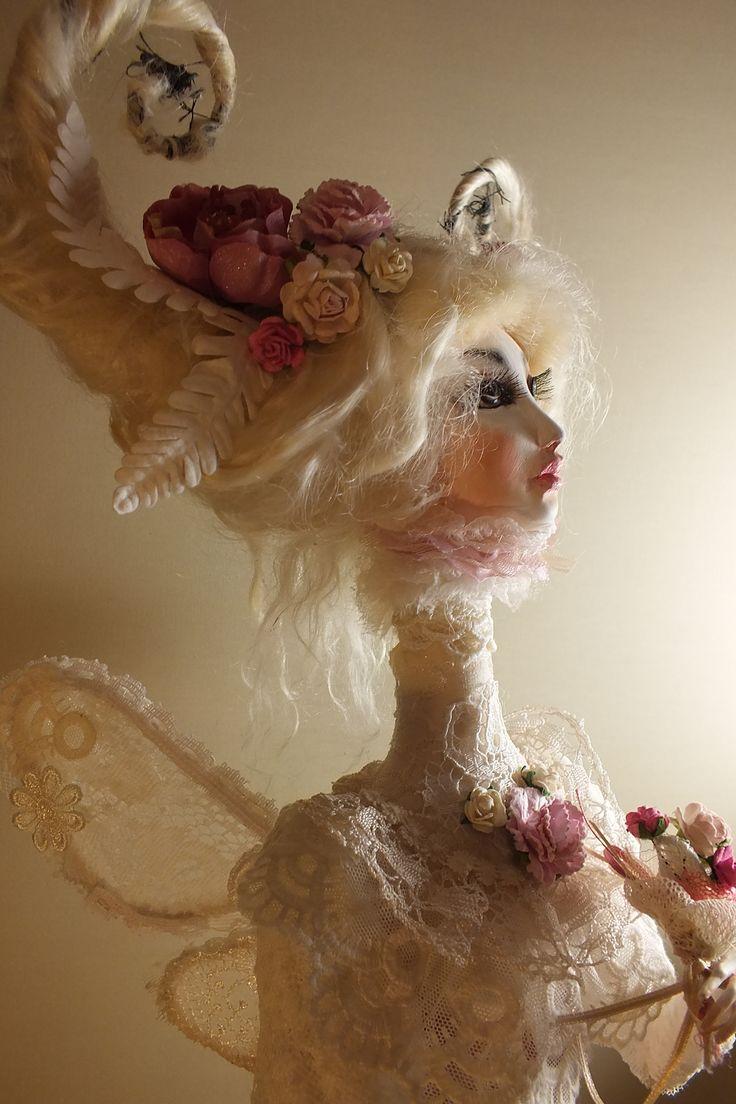 Румянцева Светлана Кукла ФЕЯ РОЗЕТТА. папье маше- флюмо, ткань. 2014г. высота 60 см Розетта – садовая фея. Она заботится обо всех растениях. Старается всегда сохранять красоту, как в мире цветов, так и свою собственную. Очень щедрая и красивая фея, в трудную минуту всегда готова поддержать друзей.