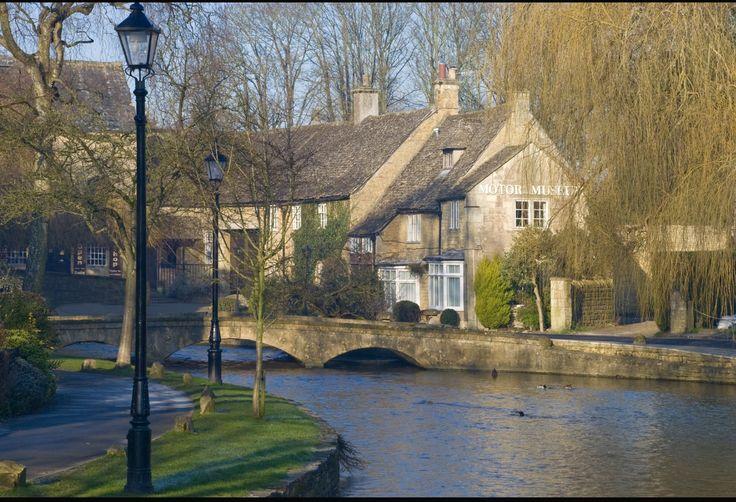 Genom Burton-On-The-Water rinner en liten å som förstärker idyllen.