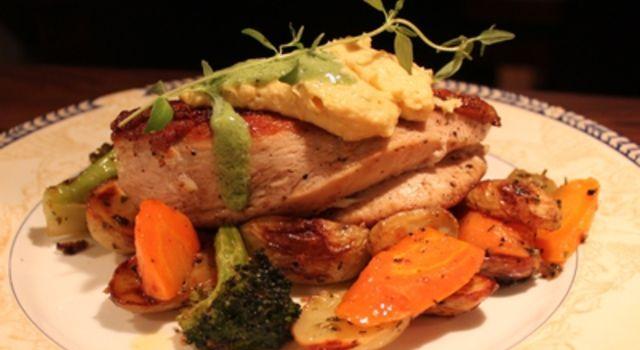 Kyllingfilet med maiskrem, pestosaus, råstekte grønnsaker og ovnsbakte potetbåter.