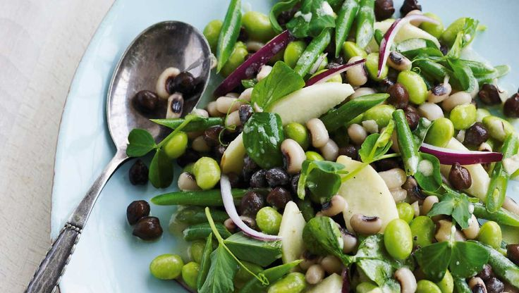 Jeg kan godt lide at blande mange slags bønner i en salat, så både farver og konsistens er forskellig.De grønne edamamebønner fås frosne mange steder, evt. i bælge, så du selv skal pille dem. Wasabi er japansk peberrod med en skarp smag