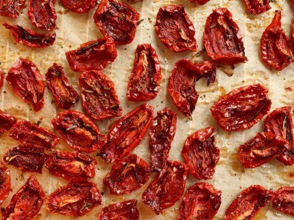Getrocknete Tomaten auf einem Backblech