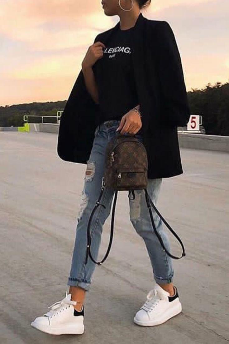 Mode femme casual avec un jean destroy, un blazer noir et des baskets blanches