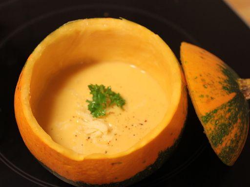 muscade, poivre, crême fraîche, pomme de terre, citrouille, oignon, cube de bouillon, beurre, eau, ail, sel, carotte