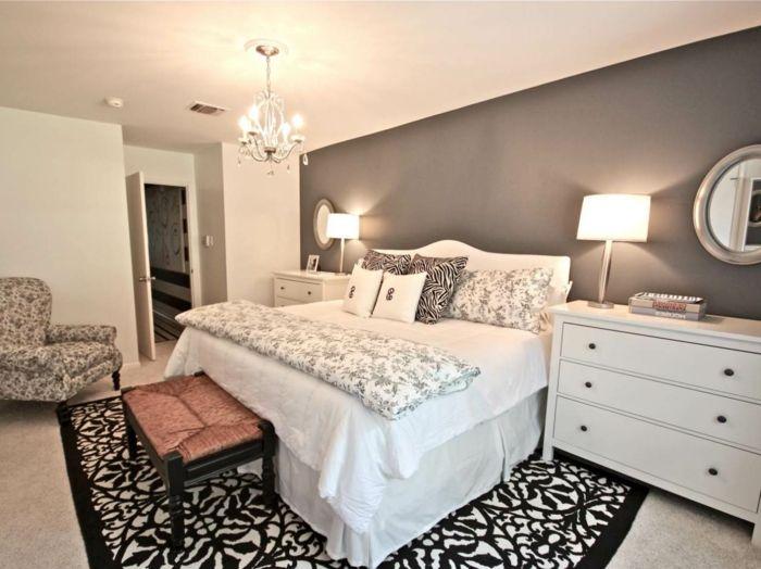 Deko Ideen Schlafzimmer Wandspiegel Dunkler Teppich Graue Akzentwand