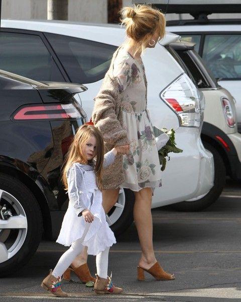 Sienna Miller Photos - Sienna Miller Shops at the Farmer's Market with Her Daughter - Zimbio