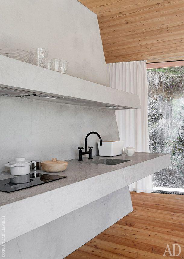 Кухонные полки и рабочие поверхности отлиты из бетона, как и камин.