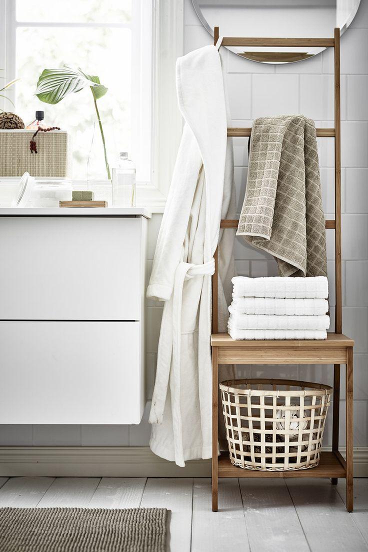 Un porte-serviettes insolite. Et pourquoi pas allonger une vraie chaise...