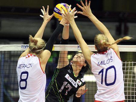 クロアチア戦でスパイクを放つ大野(中央)=1日、イタリア・トリエステ(EPA=時事) ▼2Oct2014時事通信|日本、クロアチアに敗れる=2次リーグ黒星発進-世界女子バレー http://www.jiji.com/jc/zc?k=201410/2014100200104 #FIVB_Volleyball_Womens_World_Championship_2014 #Second_round_Pool_E_Japan_vs_Croatia #大野果奈 #Kana_Ono #Mia_Jerkov (8) #Ivana_Miloš #Ivana_Milos (10)