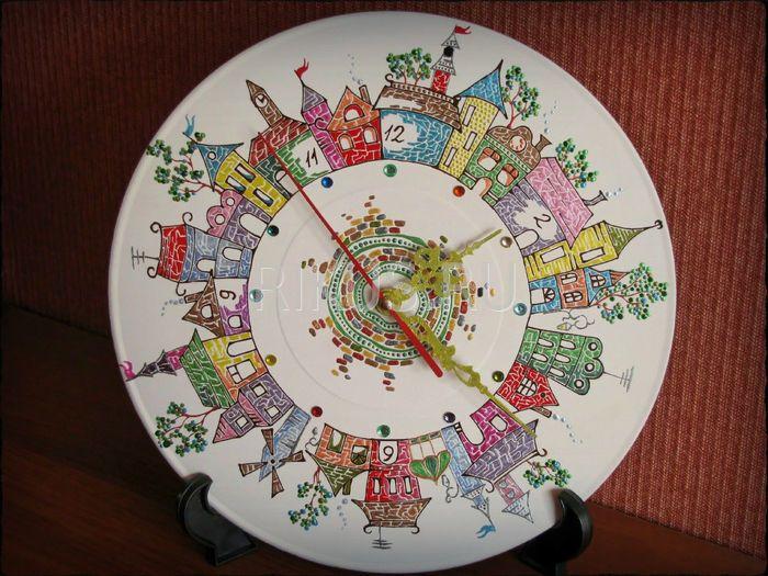 """Настенные часы ручной работы. Часы представлены как образец. В случае, если Вам они понравились, то художник повторит их только для Вас. И помните - нет двух одинаковых работ, всегда мастера вносят какие-то изменения, т.к. это ручная работа.  Техника росписи: """"Point-to-Point"""" (точечные узоры) Диаметр: 250 мм  Основа: винил Материалы: акрил Decola, Таир, стразы, лак Часовой механизм: """"Grand Time"""", бесшумный"""