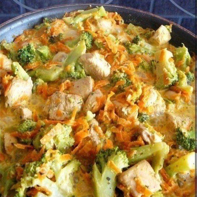 """Курица с брокколи и морковью, тушеная в сливках Калорийность на 100 гр готового блюда - 85 ккал Это вкусное и полезное блюдо отлично подойдет на обед или на ужин. ИНГРЕДИЕНТЫ: - куриное филе - 300 гр - морковь - 120 гр - брокколи (можно взять замороженную) - 300 гр - сливки 10% жирности - 120 гр - легкий творожный или сливочный сыр - 1 ст.л. (15-20 гр) - соевый соус - 1 ст.л. - бальзамический уксус (белый) - 1 ст.л. - чеснок - 1-2 зубчика - приправа """"Итальянские травы"""", соль, перец - по в..."""
