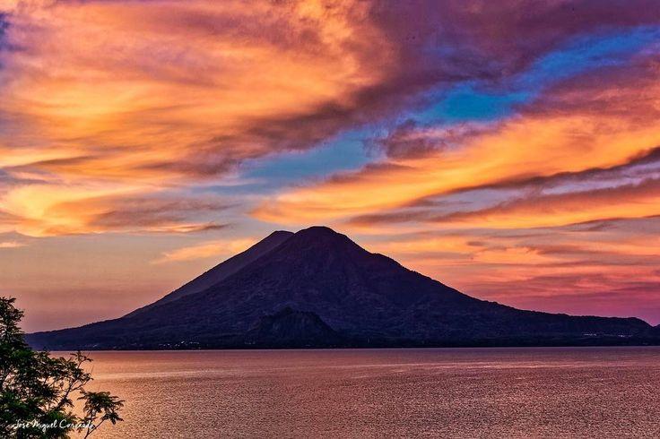 Amanecer en Lago de Atitlán. #PostalesGT #Retoinstagrampl #QuePeladoGuate #Prensa_libre #Guatemala #mundochapin #milugarfavoritopl #picoftheday #perhapsyouneedalittleguatemala #guatevision_tv #gtmagica #visitGuatemala #QuebonitaGuate #natgeotravel #natgeo #photooftheday #pictureoftheday #fotodeldia #sunrise #dawn #Morgendämmerung #esuke #黎明 #فجر