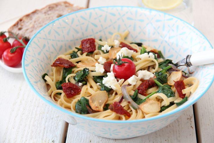 Spaghetti med spinat, soltørket tomat, hvitløkschips og feta. Hvitløkschipsen var himmelsk