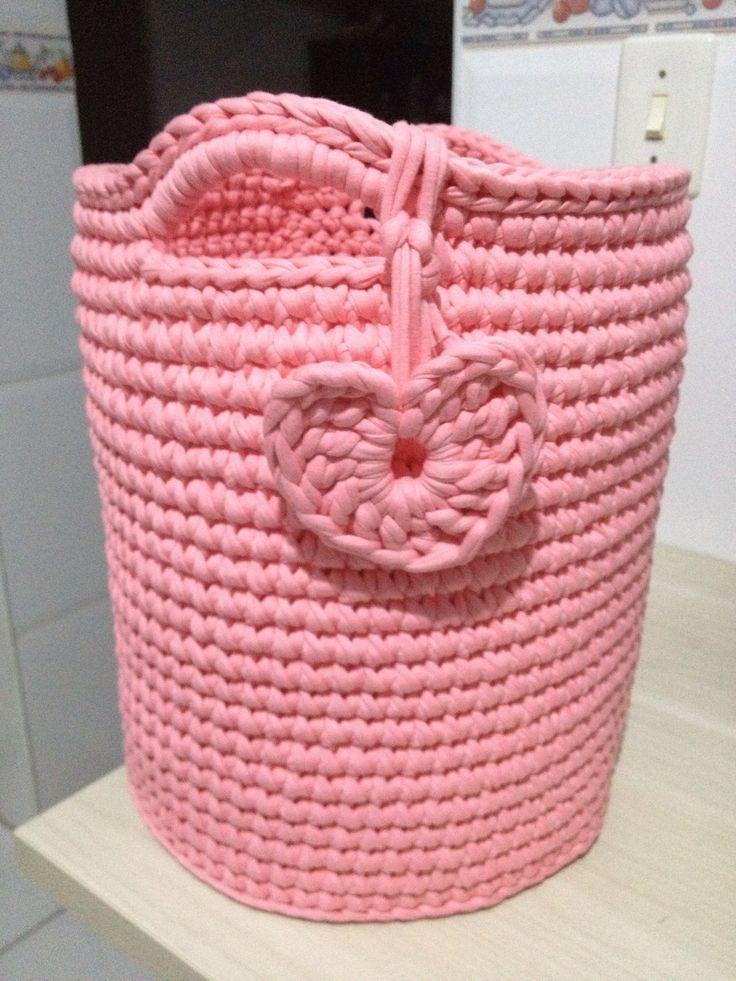 Cesto organizador de brinquedos em fio de malha (trapillo ) usando a técnica do crochê (crochet) by Ateliê Branca Flor - @atelie_branca_flor