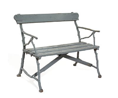 HAGEBENK  Gråmalt. Sete og rygg i tre. Rammeverk i støpejern formet som trestammer. 1900-tallets første halvdel. H: 42 (sete) H: 82 (rygg) LENGDE 100,00 CM