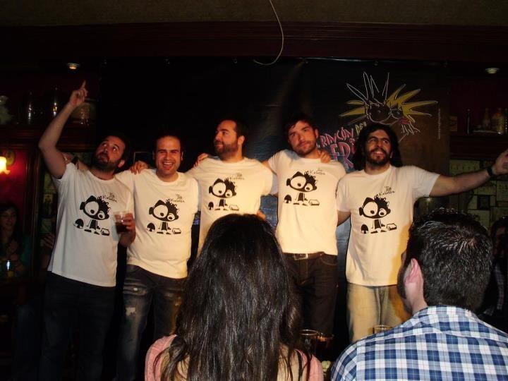 """JJ Vaquero, Fran el Chavo, Nacho Garcia y Cia  con nuestras camisetas solidarias """"Una escuela para Kalassa"""""""