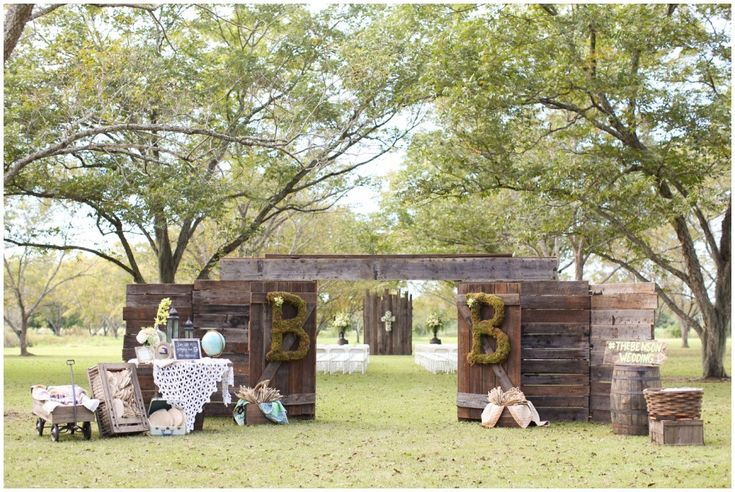 Barn Doors, Outside Wedding <3 Love this so much and I am doing this at my wedding!