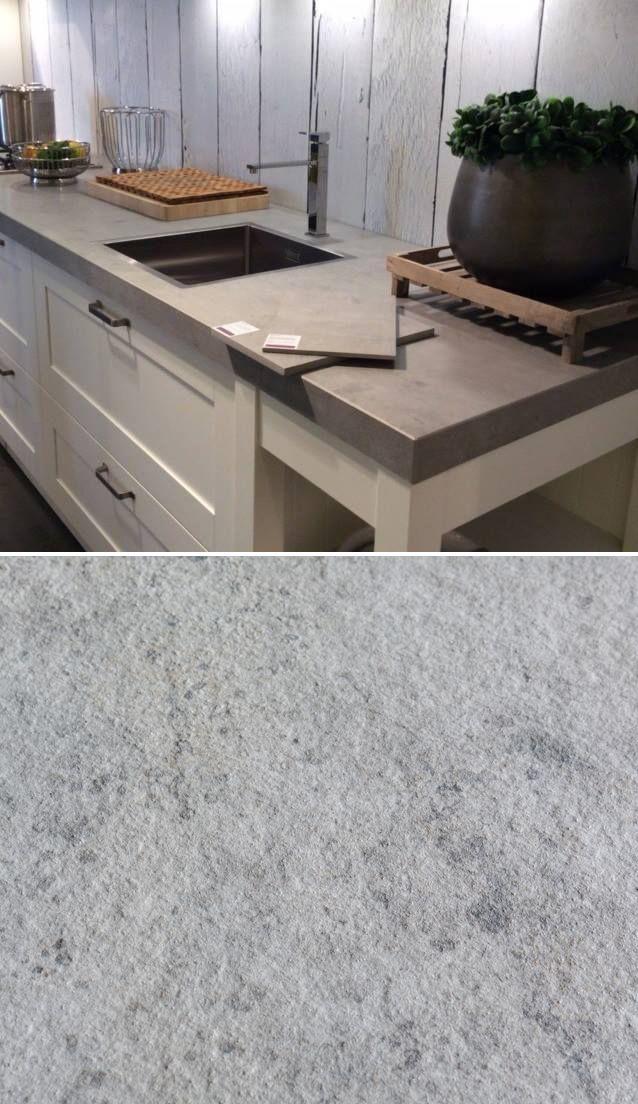 Het stoere, robuuste uiterlijk van beton is populair als werkblad in de keuken. Een nadeel van beton is dat het een poreus materiaal is, krassen en vlekken zijn moeilijk te voorkomen. Een heel goed alternatief is een keramisch werkblad met een betonlook.