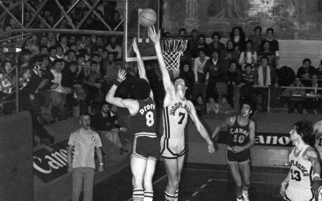 La mia Reyer. Ricordi di una squadra di giganti ed eroi. I giocatori di Basket sono ragazzini cresciuti, ma da bambino sembrano giganti dei piedi enormi. La Reyer era il cuore sportivo di Venezia, e i suoi giocatori dei cavalieri enormi che attraversavano  #basket #venezia #reyer