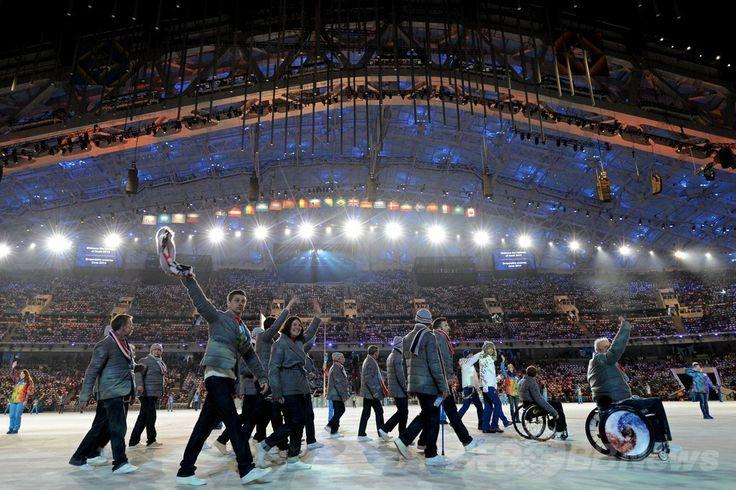フィシュト五輪スタジアム(Fisht Olympic Stadium)で行われたソチ冬季パラリンピック閉会式で行進するフランスの選手団(2014年3月16日撮影)。(c)AFP/KIRILL KUDRYAVTSEV ▼17Mar2014AFP|ソチ冬季パラリンピックが閉幕 http://www.afpbb.com/articles/-/3010425 #Sochi2014 #Paralympic
