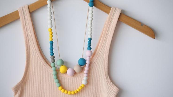 Collana con palline di fimo http://www.lovediy.it/collana-con-palline-di-fimo/ Modellare le palline di #fimo, e trasformarle nei componenti di una moderna #collana...