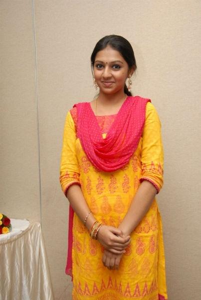 Kumki Movie Homely Actress Lakshmi Menon Photo Gallery ...