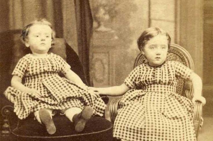 Kepoan.Com -- Mengerikan, Orang di Dalam Foto ini Sudah Meninggal -- Orang Inggris pada era Victorian memiliki kebiasaan yang sangat aneh, mereka mempunyai