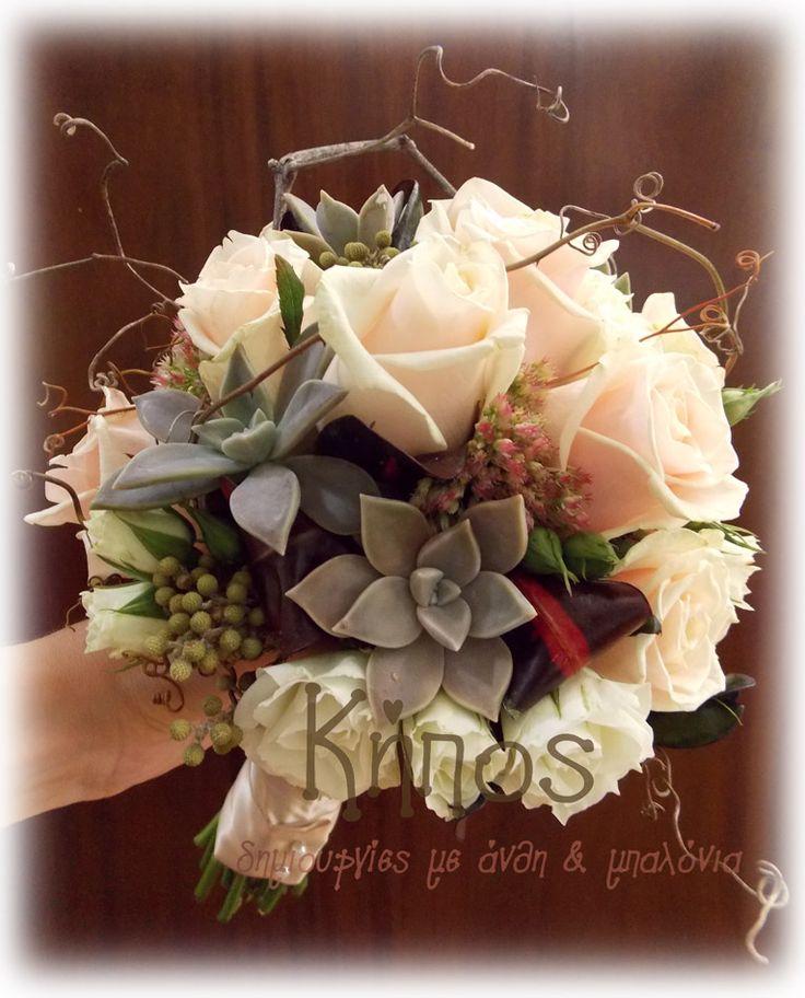 νυφικό μπουκέτο με τριαντάφυλλα , γκρι παχύφυτα, λυσίανθο , κρότωνα , καλαχόη καθως επίσης καρπούς και κλαδιά αμπέλου.