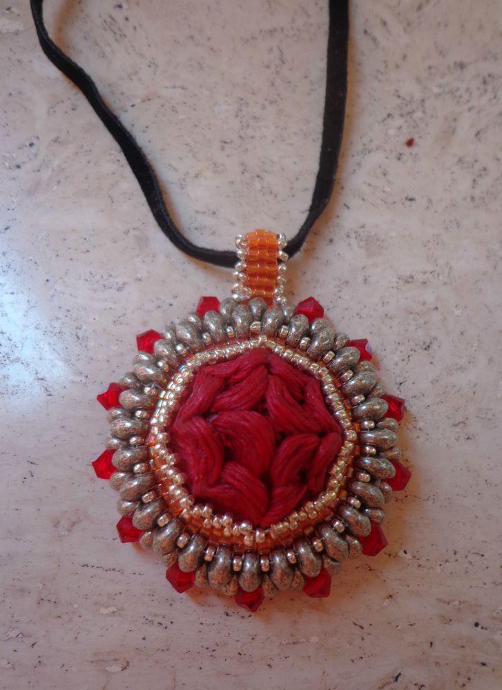 Pendant handmade,Ciondolo artigianale con bottone rosso anni 40 incastonato