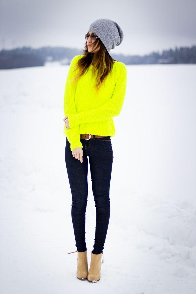 Neon Pullover und Jeans - <p>Leuchtend hell und super stylisch mit neongelben Pullover zu Jeans, high heels und grauer Beanie Mütze.</p>