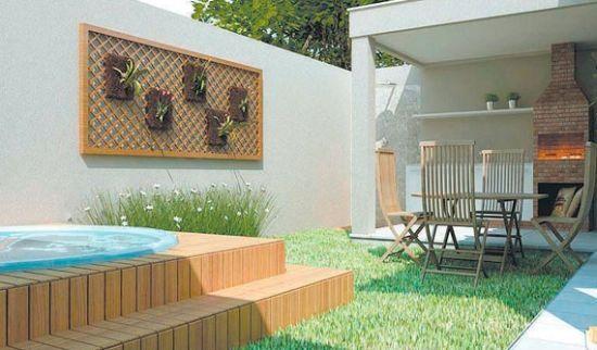 (Foto: decorandocasas.com.br) #piscina #quiosque #jardimvertical #grama #deck