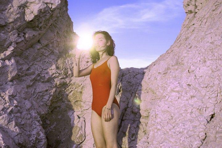 [WEB] Quelles découvertes avez-vous préféré au mois de décembre ? Découvrez le top 3 sur le site de #Fisheyelemag ! [Photo: © Jeanne Chauveau] #photo #photographie #photography #découvertes #top3 #girl #woman #red #swimsuit #beach #sun #sunshine #holiday #summer