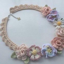 淡ピンク色の薔薇に、紫系のすみれの花をぽんぽんと交互に並べたブレスレットです。直径約2.5cmのお花が手元をやさしく飾ります(*^^*)長さ:約18cm+チェーン部分7cm